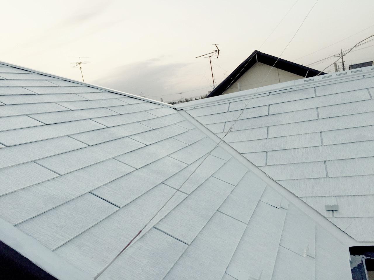 屋根の高圧洗浄を終え、すっかりきれいになりました。